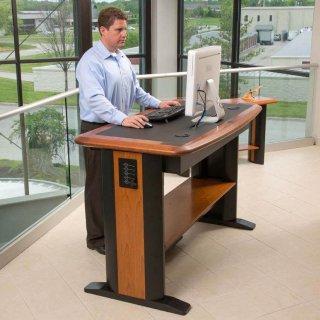 Tavolina e kompjuterit në këmbë