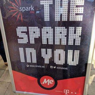 Posteri i konferencës Spark.me (2017) pjesë e shkrimit që ilustron si të krijoni një shkrim ndëraktiv