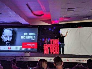 Foto gjatë një prezantimi të konferencës Spark.me (2017)
